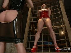Lesbian latex slave gets an anal penetration from her domina