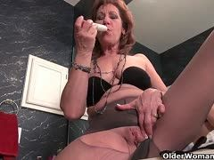Granny destroys her pantyhose for masturbation
