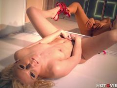Blonde makes her hole squirt