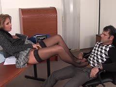 Strumpfhosenfüße der Frauen auf Schwänzen