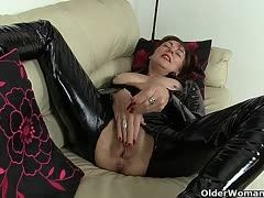 Mature latex slut rubs her fun zone